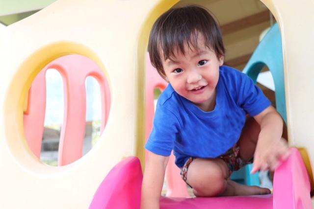 園庭で遊ぶ広島の子供