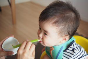 ご飯をたべる子供