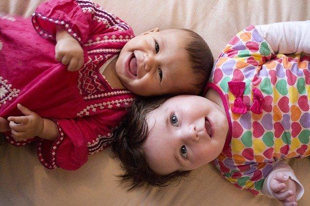 笑う赤ちゃんたち