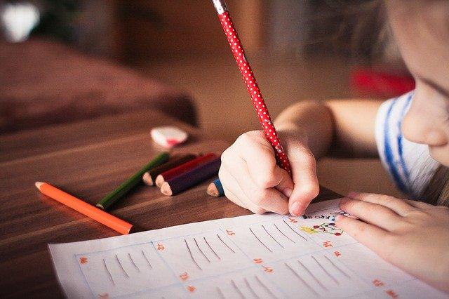 鉛筆を持つ子供