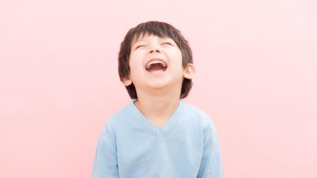 笑う2歳の男の子