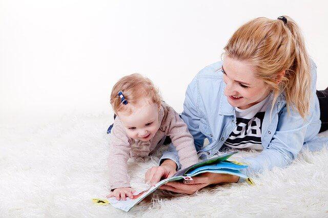 ママと本を読む子供